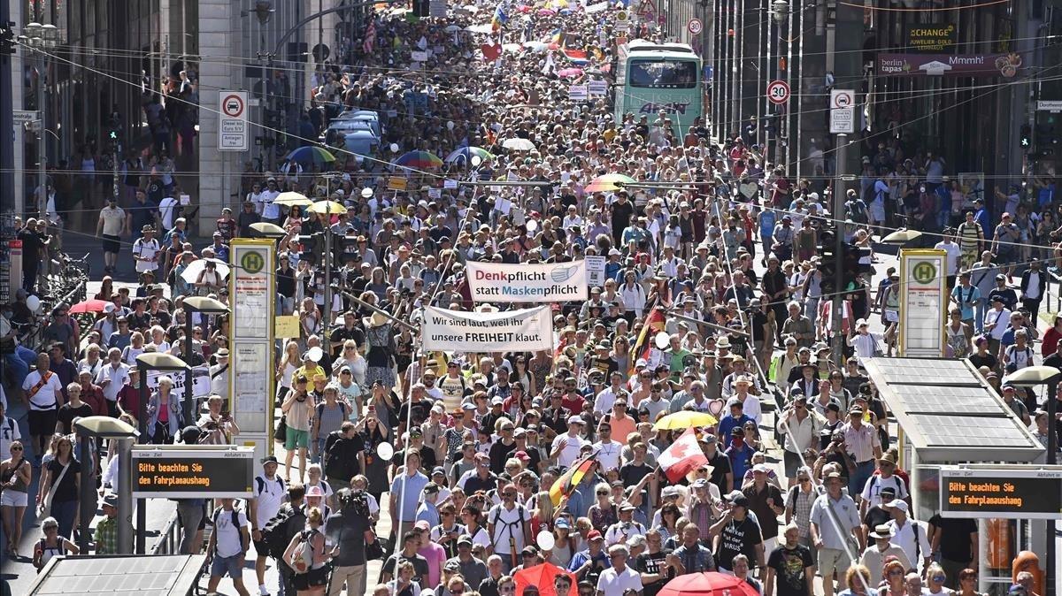 Manifestación de 15.000 personas en Berlín, en protestacontra las restricciones impuestas para frenar la pandemia de coronavirus.