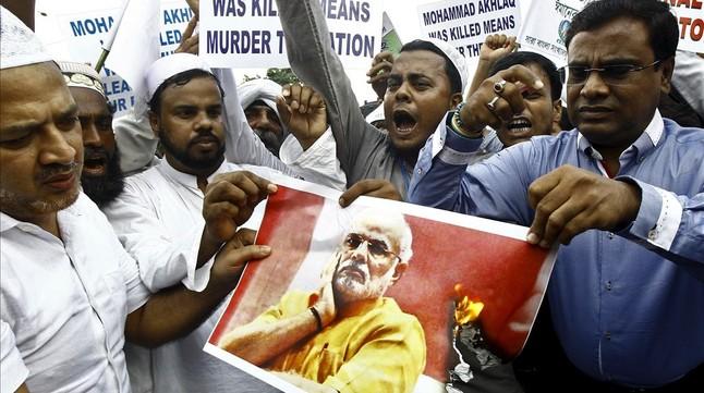 Manifestantes musulmanes queman una foto de Narendra Modi durante una protesta en Calcuta, este miércoles.