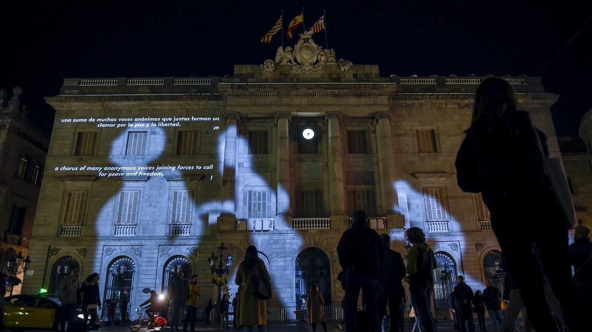Mapping en la fachada del Ayuntamiento de Barcelona para conmemorar el 80º aniversario de los bombardeos de marzo de 1938.