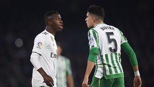 Uno de los encontronazos entre Vinícius y Marc Bartra durante el partido.