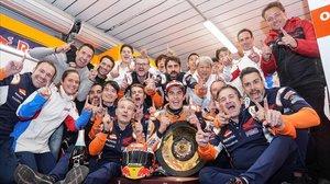 Marc Márquez celebra la victoria de Australia con todo su equipo.