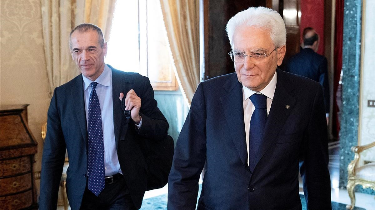 El presidente italiano, Sergio Mattarelli, en primer plano, junto a Carlo Cottarelli en el Palacio del Quirinal.