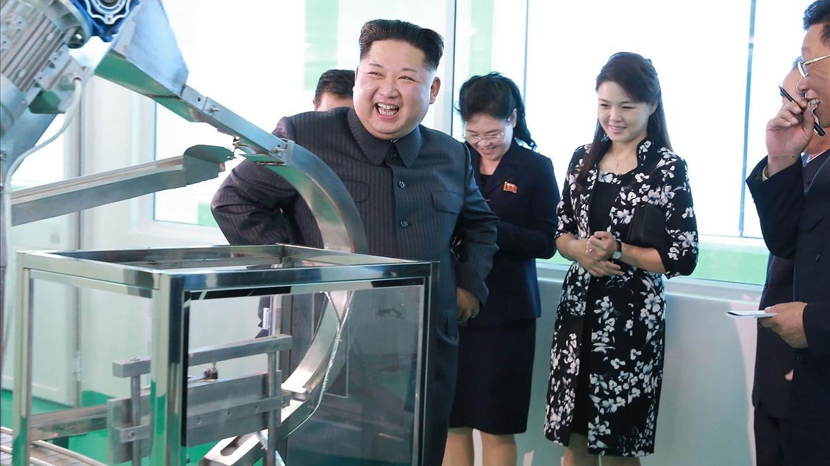 Kim Jong-un visita una fàbrica de cosmètics amb la seva germana i la seva dona
