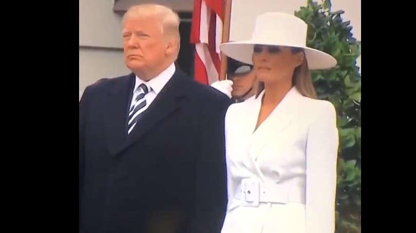 Vídeo en què es veu com Melania Trump es resisteix a donar-li la mà al seu marit.