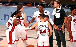 Jugadores de Miami Heat celebran su triunfo en las finales de la NBA.