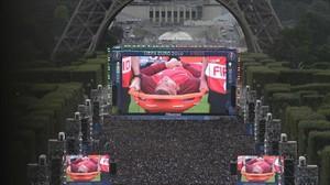 Miles de aficionados observan en las pantallas gigantes, junto a la Torre Eiffel, la lesión de Cristiano.