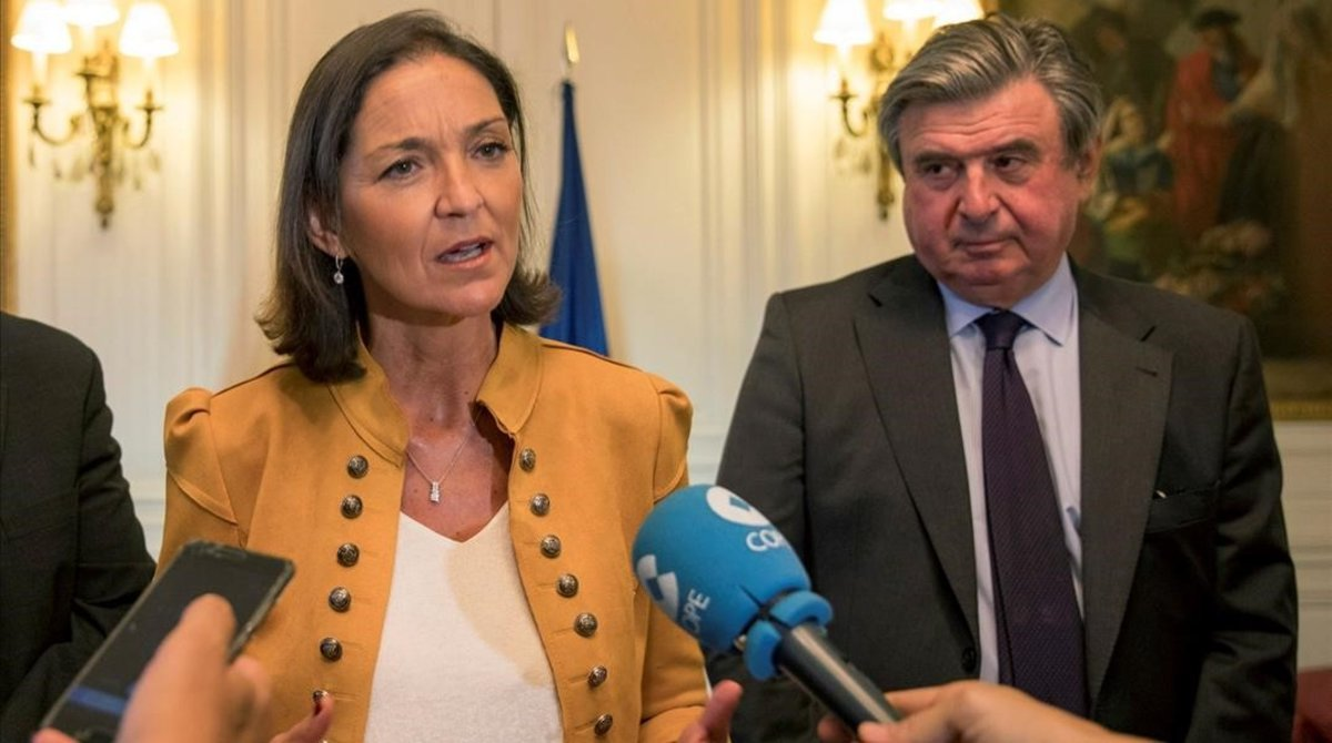 La ministra Reyes Maroto en Londres junto al embajador español, Carlos Bastarreche.
