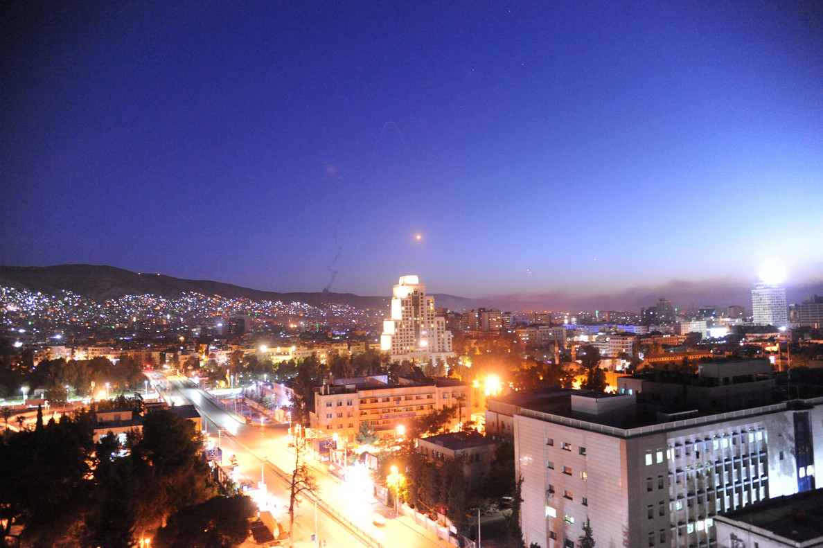 Un misil cruza sobre Damasco, este sábado 14 de abril.