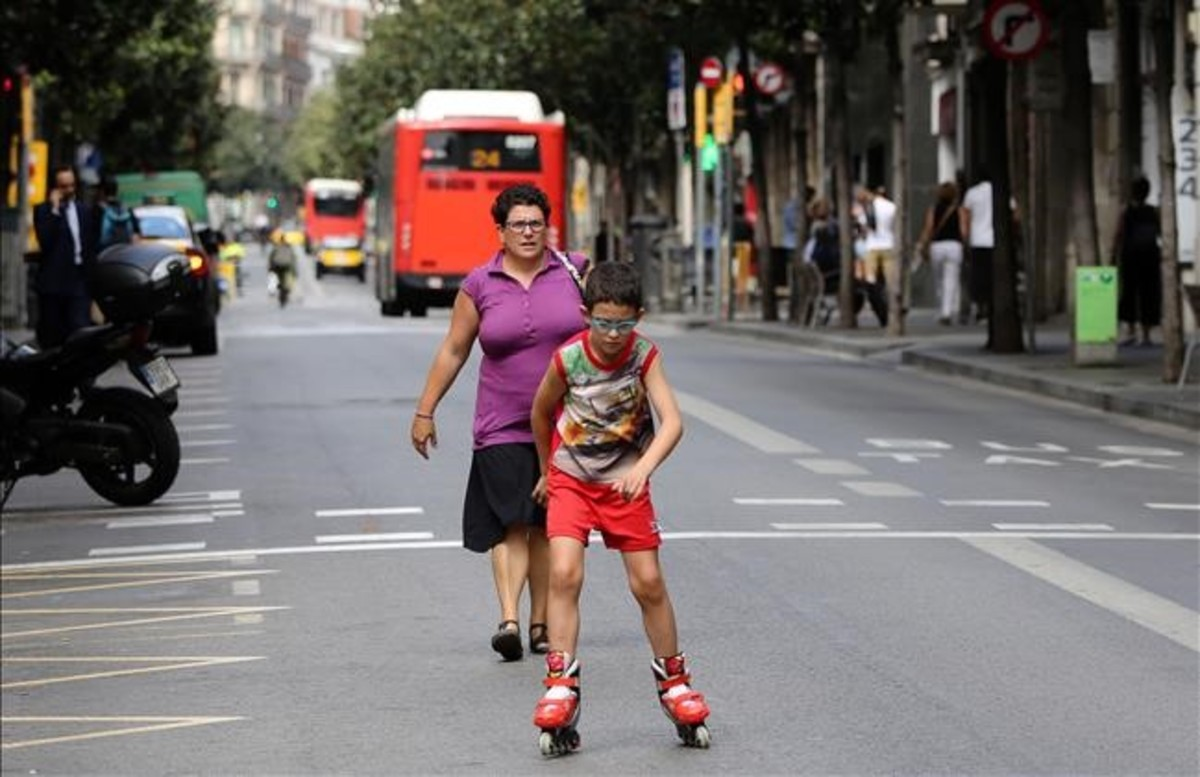 Un joven patinador circula por la calzada central de la calle Gran de Gràcia durante la jornada del Día Sin Coches del 2016.