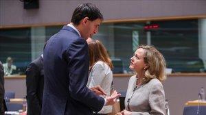 Nadia Calviñoconversa con el ministro de Finanzas holandés Wopke Hoekstra en el 2018.