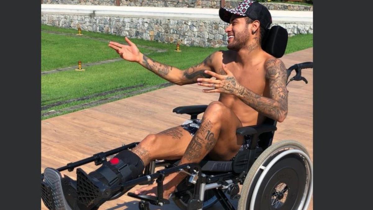 Neymar sentado en silla de ruedas. Twitter Neymar Jr.