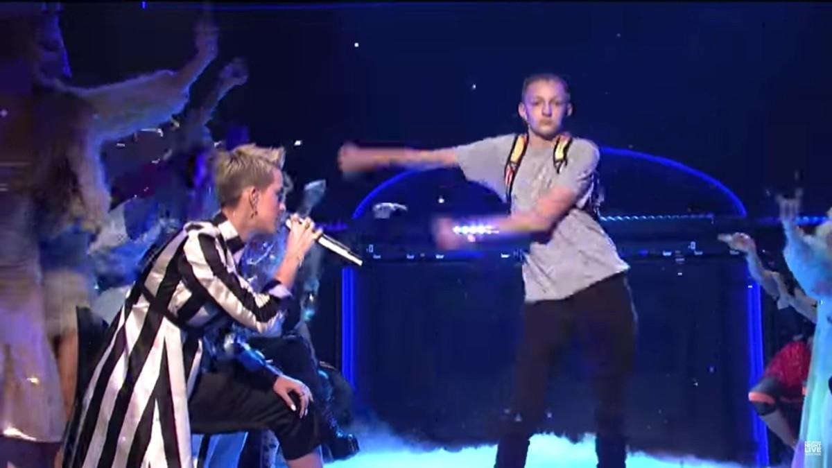 El niño de la mochila, como se le conoce popularmente en internet, bailando el Floss.