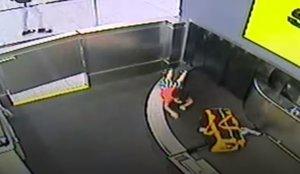 Una cinta de l'aeroport 's'empassa' un nen de dos anys desatès