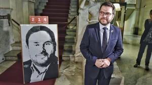 El nuevo conseller de Economia, Pere Aragonès, llega a la conselleria.