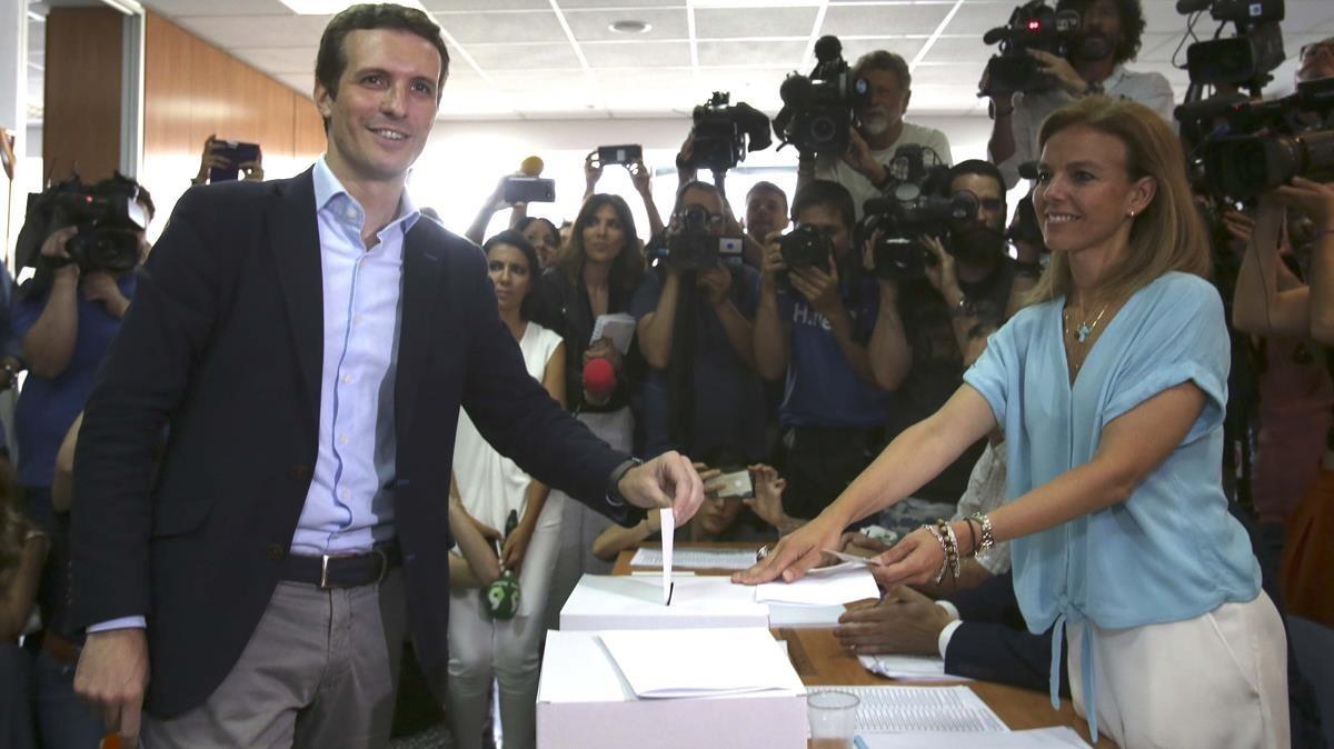 Pablo Casado, candidato a la presidencia del PP, vota en su sede electoral.