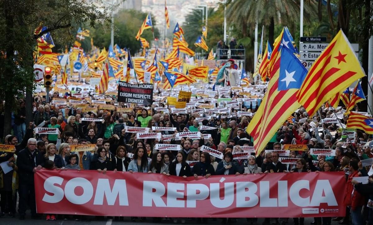 Manifestación convocada por la ANC y Òmnium el pasado 11 de noviembre en Barcelona para exigir la libertad de los exconsellers y los líderes de las entidades encarcelados.