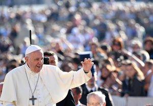 El papa Francisco saluda durante su audiencia semanal en el Vaticano.