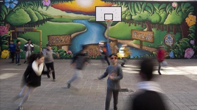 El patio de una escuela de Barcelona en una imagen de archivo