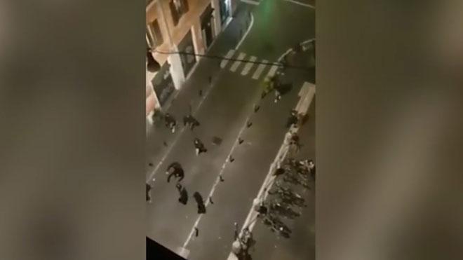 Pelea entre aficionados del Lazio y el Sevilla por las calles de Roma.
