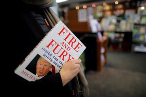 Una mujer sostiene un ejemplar de Fire and Fury, en una librería de Washington (EEUU)