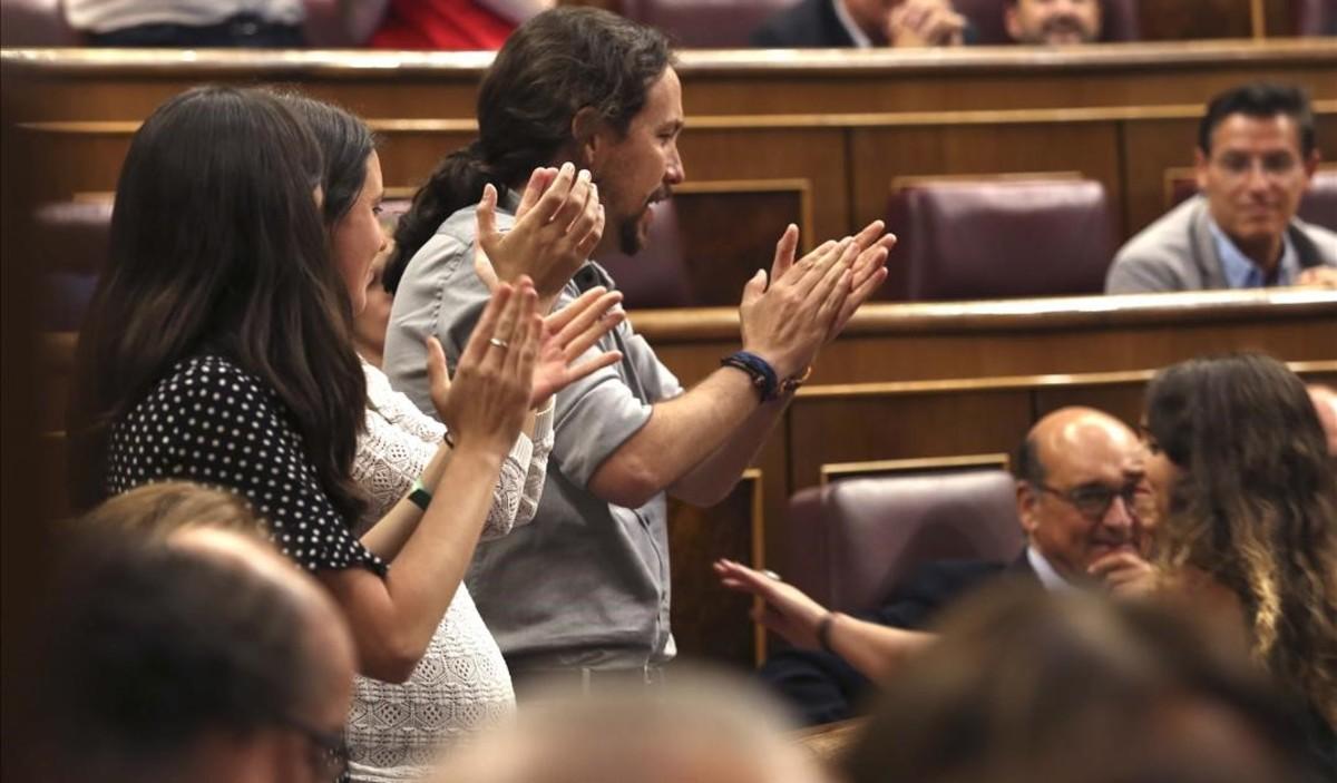 Irene Montero (de blanco) y Pablo Iglesias, el lunes 2 de julio, un día antes de dar a luz, durante el Pleno extraordinario sobre RTVE.