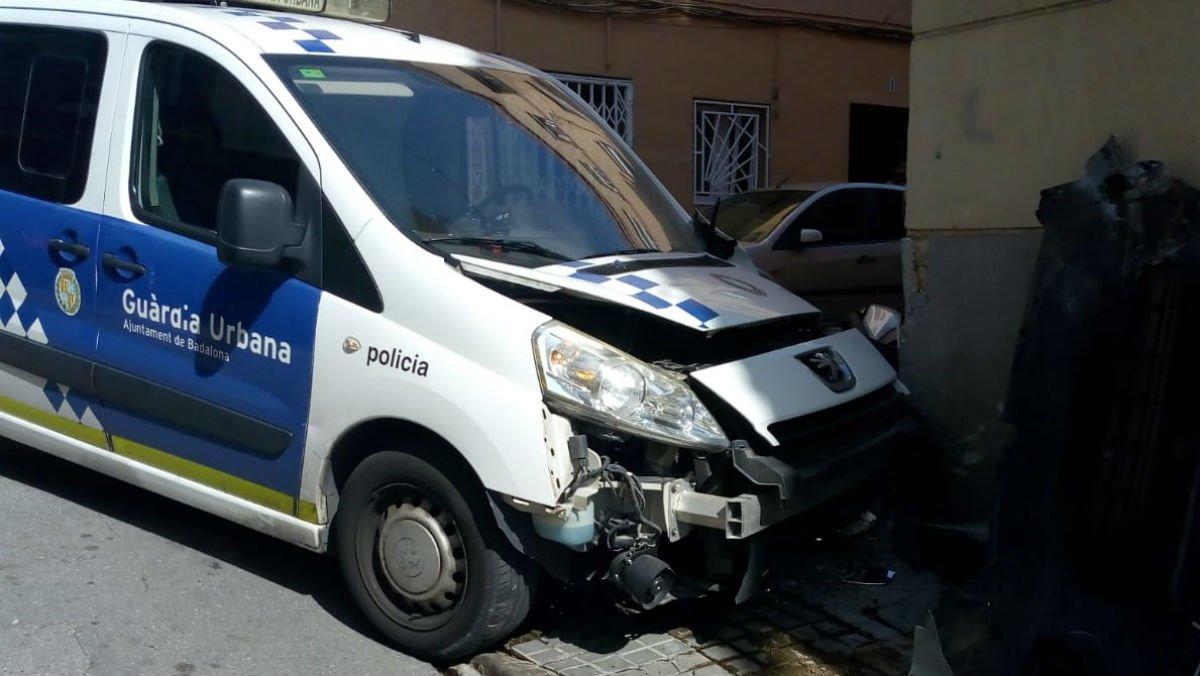Estado en el que ha quedado el coche de la Guardia Urbana de Badalona tras el accidente.