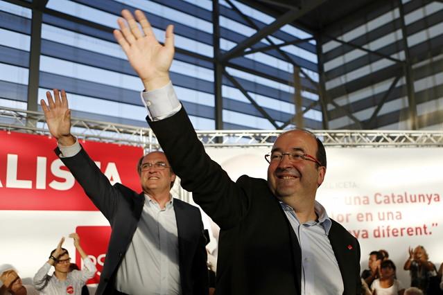 El portavoz del Grupo Socialista en la Asamblea de Madrid, Ángel Gabilondo, durante su intervención este lunes en el mitin del PSC en Terrassa, junto al candidato socialista a la presidencia de la Generalitat, Miquel Iceta.
