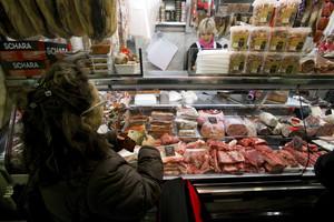 Una charcutería de un mercado de Barcelona, en una imagen de archivo.