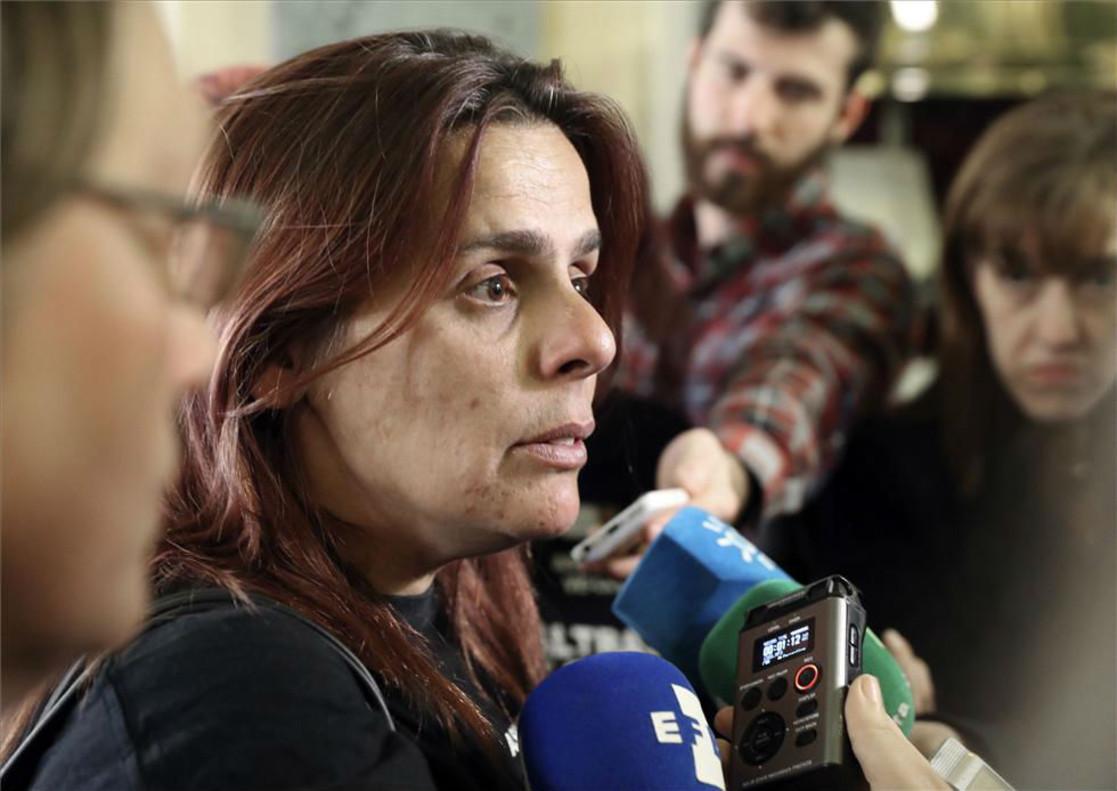La presidenta de la Asociación Velaluz, Gloria Vázquez, atiende a los periodistas antes de su comparecencia en el Senado el pasado lunes.