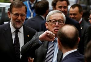 El presidente en funciones Mariano Rajoy, este martes en Bruselas junto al máximo responsable de la Comisión, Jean Claude Juncker