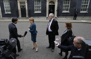 La primera ministra de Escocia, Nicola Sturgeon, habla con la prensa tras reunirse con la primera ministra británica, Theresa May.