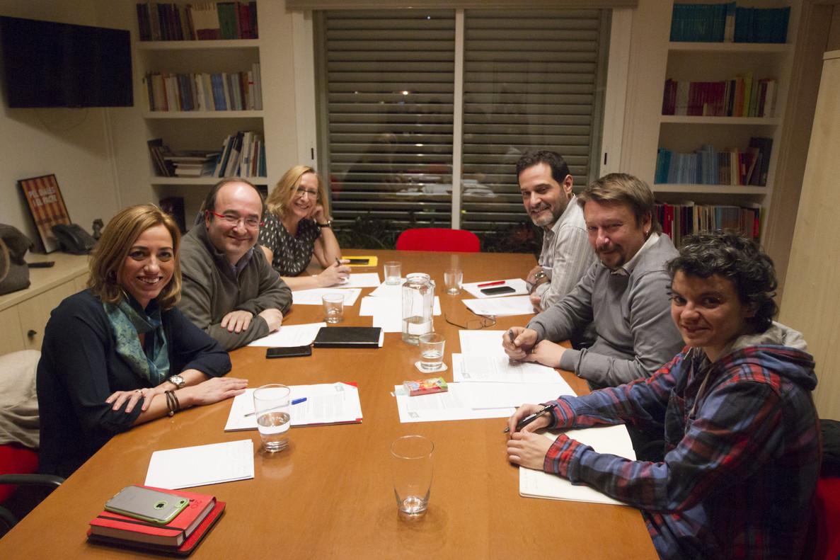 A la izquierda, los diputados PSCCarme Chacón, Miguel Iceta y Assumpta Escarp y los diputados de En Comú Podem Lucia Martín, Xavier Domènech y Josep Vendrell, durante unareunión en la sede de los socialistas catalanes.
