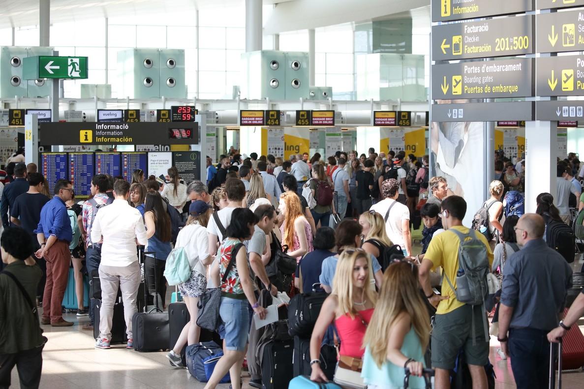 Gran afluencia de pasajeros en el aeropuerto de El Prat , en una imagen de archivo.