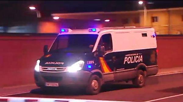 Rafá Zouhier, condenado a 10 años de prisión por su relación con los atentados del 11-M, ha abandonado la cárcel de Puerto I, en Cádiz, con un furgón policial.