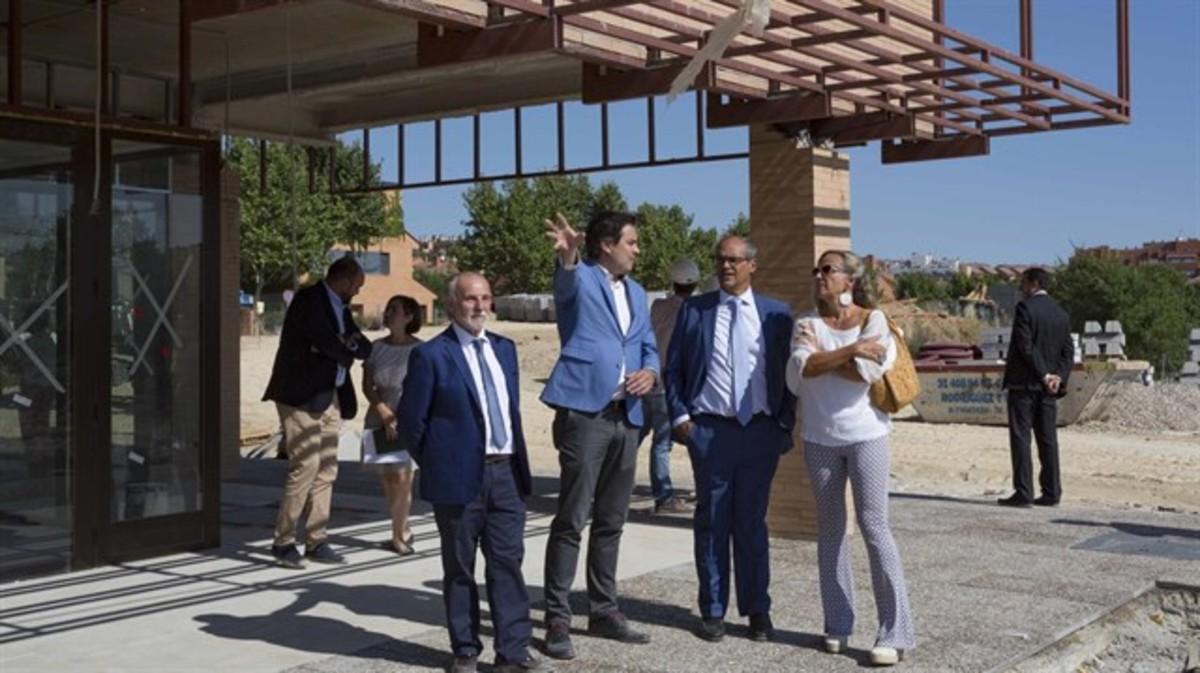 El consejero de Educación, Rafael Van Grieken (segundo por la derecha).