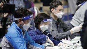 Recuento de votos en la Comisión Electoral Nacional de Corea del Sur, este miércoles.