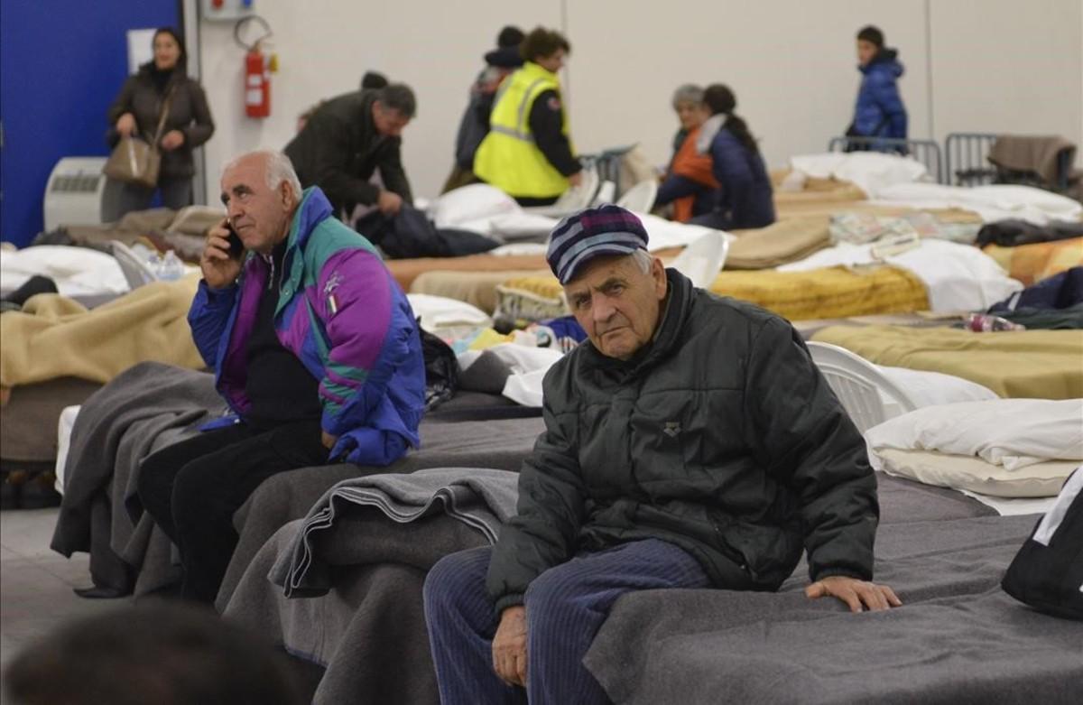 Refugio improvisado para pasar la noche en la localidad italiana de Caldarola, destruida por los terremotos.