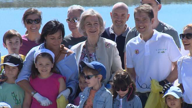 La reina Sofía se une a la campaña '1m2 por la naturaleza' y recoge basura del monte.