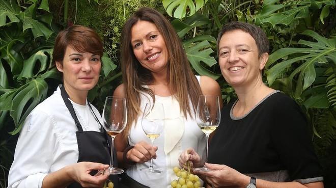 Ariadna Julián, Clara Saludes e Isabelle Brunet,en la terraza de Monvínic.
