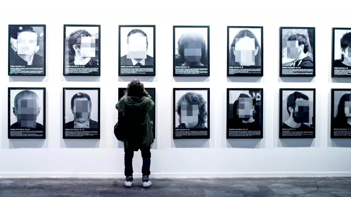La galerista Helga de Alvear ha decidido retirar de su stand la serie de 24 fotografías de Santiago Sierra titulada Presos Políticos en la España Contemporánea.