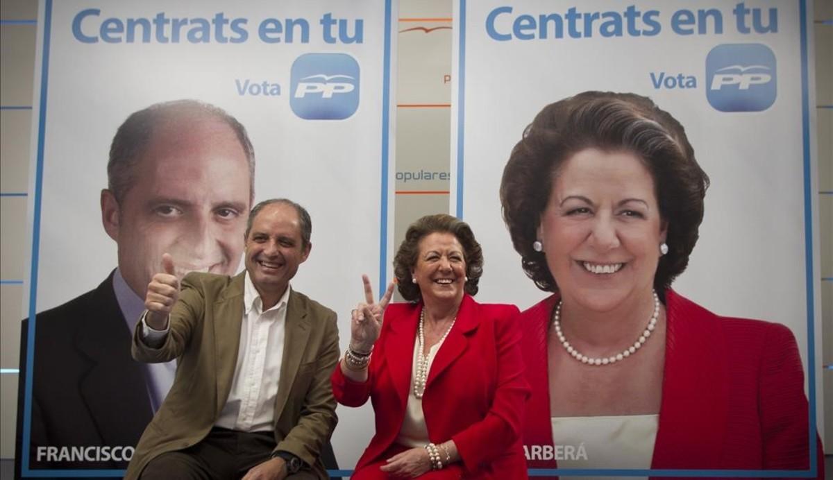 Camps y Barberá posando junto a sus carteles electorales en mayo del 2011.
