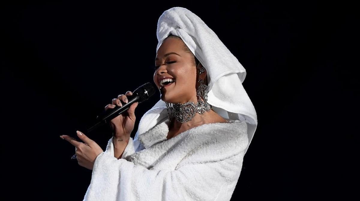 Rita Ora presenta los Premios MTV en albornoz y toalla en la cabeza, una propuesta de Palomo Spain.