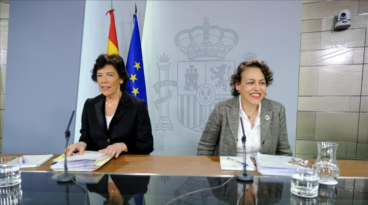 La portavoz del Gobierno, Isabel Celaá, junto a la ministra de Trabajo, Magdalena Valerio, a la derecha.