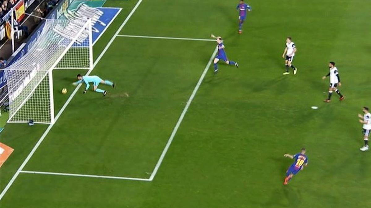 Imagen aérea del gol de Messi no concedido.