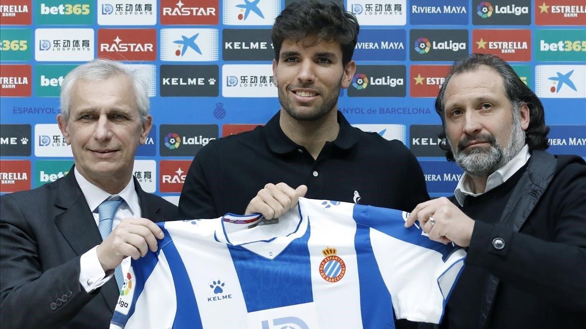 Cabrera, entre el vicepresidente García Pont y Rufete, director de fútbol, este lunes en su presentación en Cornellà.