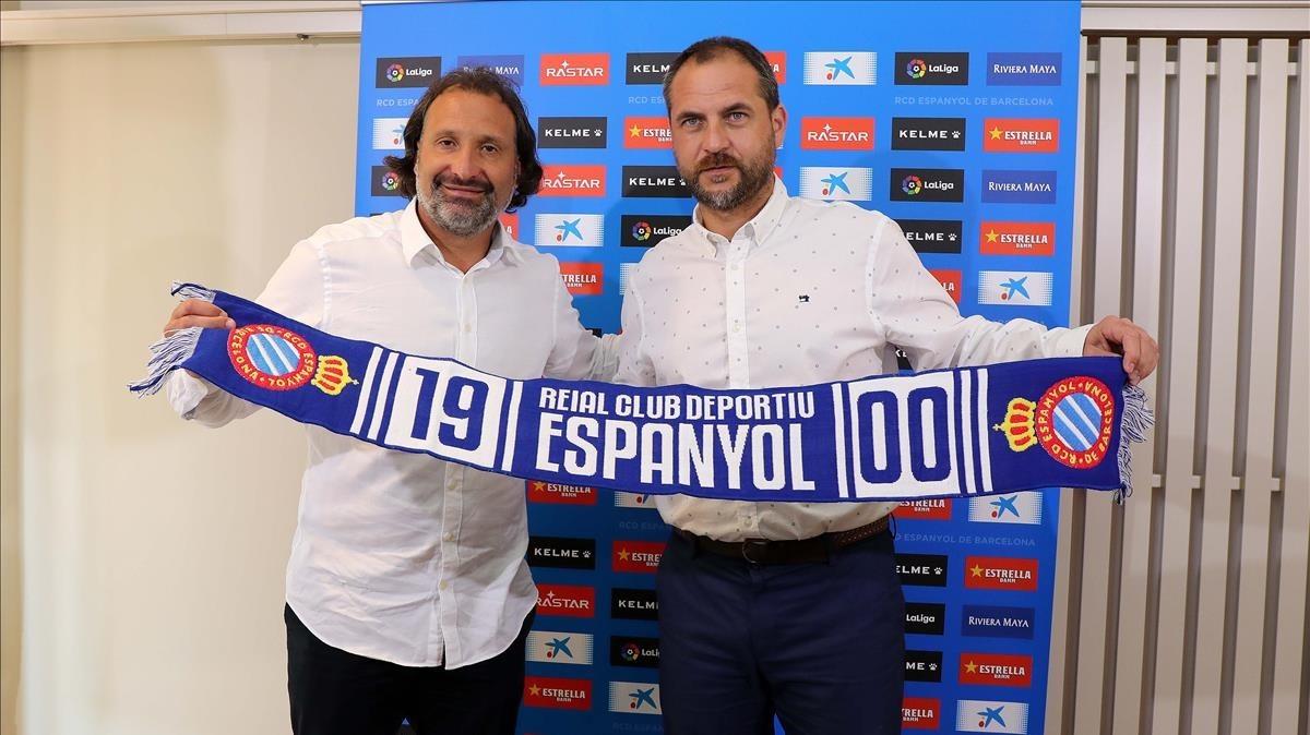 Rufete posa con Oscar Perarnau, director general del Espanyol, en su presentación