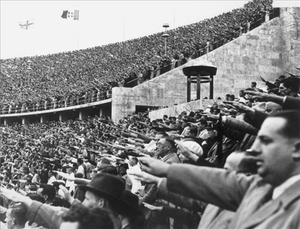 La multitud saluda a Hitler, en el Estadio Olímpico de Berlín, durante los JJOO de 1936.