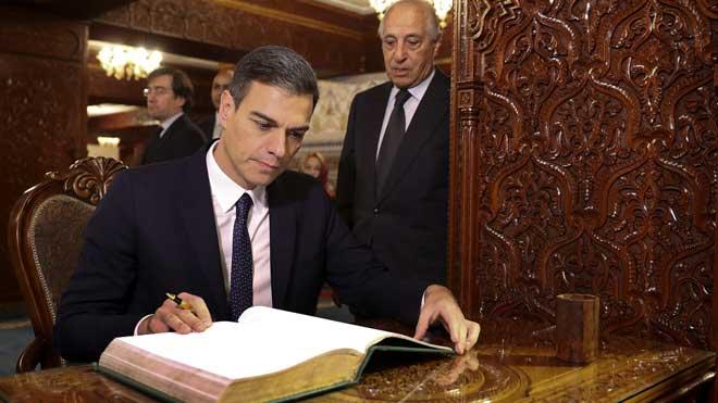Sánchezfirma el libro de honor en el Mausoleo de Mohamed V, tras su llegada aRabat.