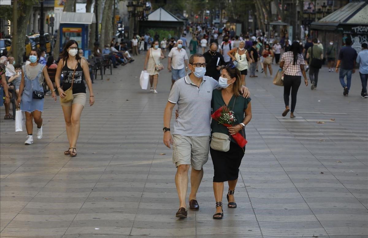 Una pareja con su rosa, hoy en les Rambles de Barcelona.