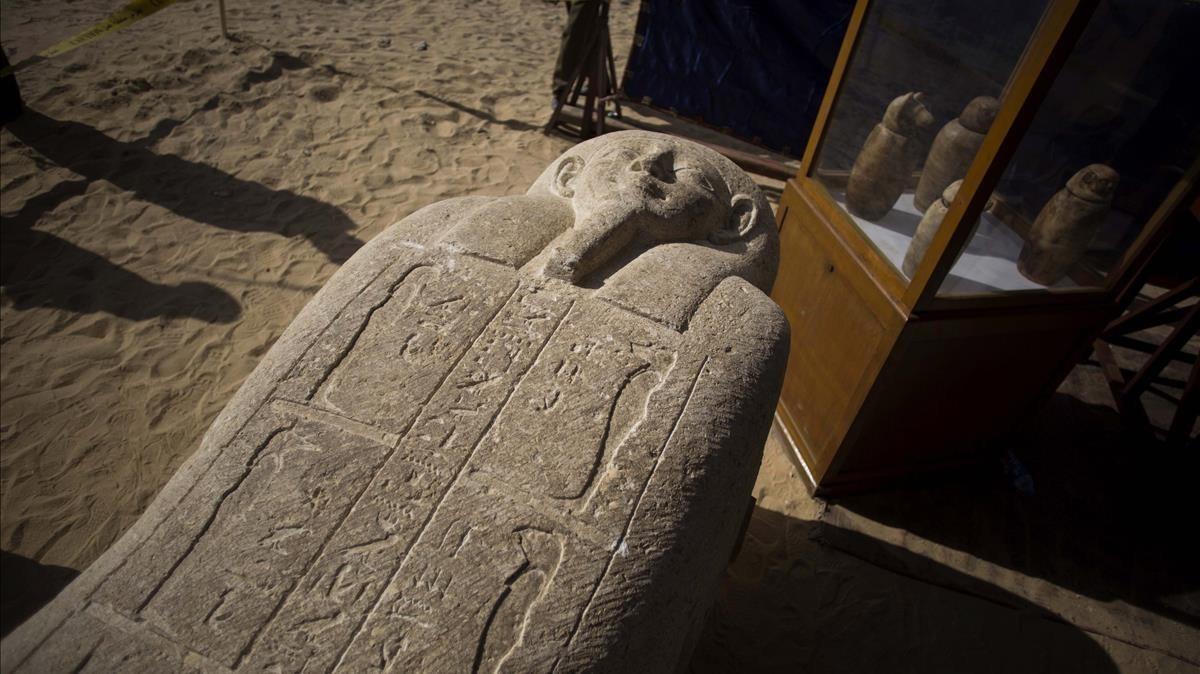 Sarcófago hallado en un cementerio de sacerdotes del siglo IV a.C, en la provincia egipcia de Minia.